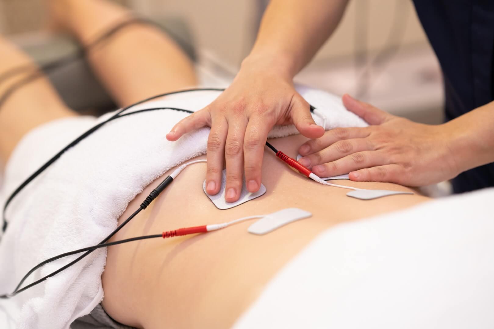 Zaposleni u Godea Medico vrše Elektroterapiju nad pacijentom.