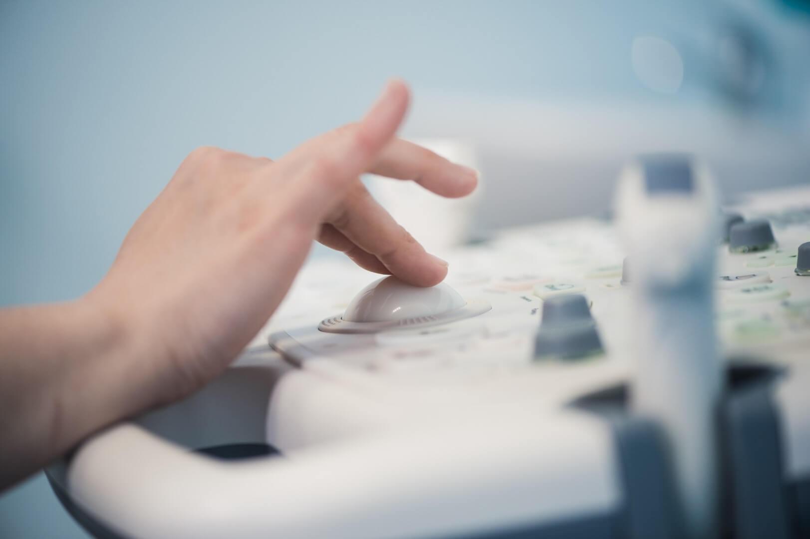 Zaposleni u Godea Medico koriste ultratvuk uređaj.