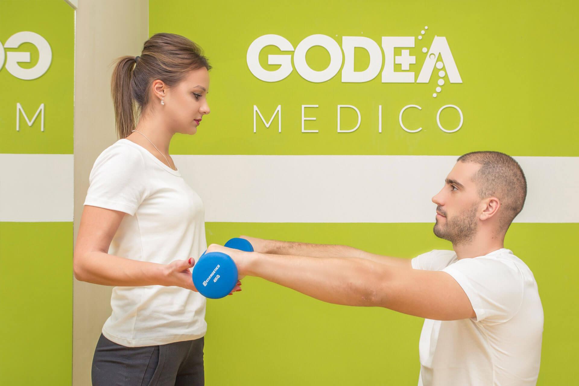 Sportista uz pomoć terapeutkinje Godea Medica izvodi vežbu kineziterapije